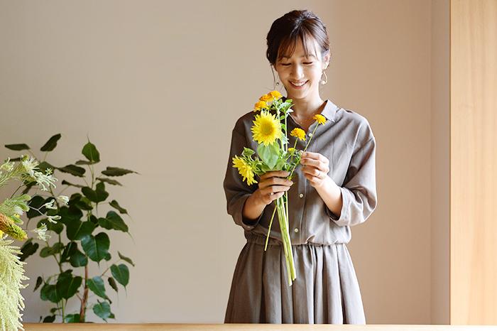 前田さんにヒマワリを生けるときのポイントや一緒に合わせるおすすめの花材を教えてもらいました。