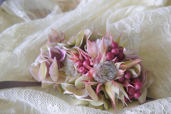 リストレットとは簡単に言うと、腕輪です。お花のリストレットとはつまり、お花で作った手首や腕につける装飾品です。  花嫁さんがリストレットブーケという形で身に着けたり、ブライズメイドがみんなして妖精のように手首にお花を巻きつけていたり、という風に使われます。ちょっと特別感のあるお花のアクセサリーです。  このリストレットを自分で作ってみませんか。今回はそのままドライに出来るセルリアのリストレットの作り方をご紹介します。フレッシュでもドライにしても可愛いセルリアのお花を使って、リストレットを作ってみましょう。