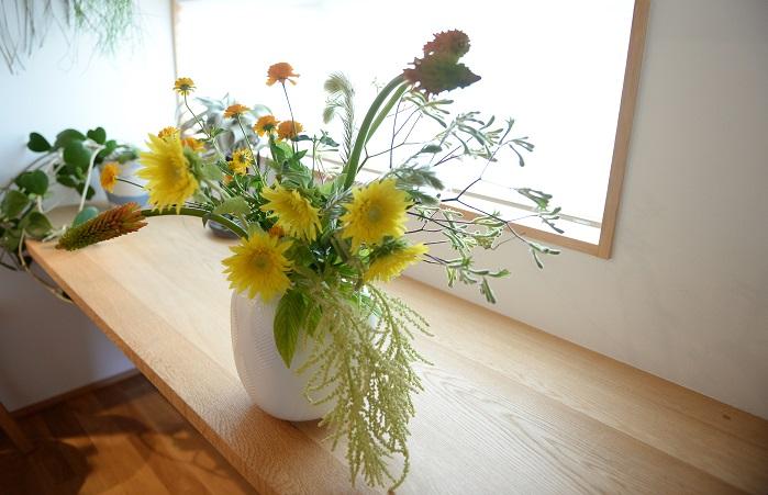光が差し込むとヒマワリなどの黄色系の花が輝き、白系の花材が風を運んできてくれるようなイメージに仕上がります。