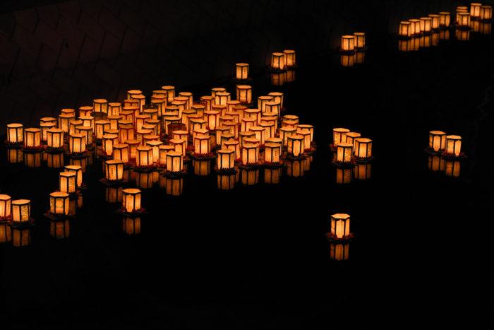 お盆は仏教行事としての正式な呼び名は「盂蘭盆会(うらぼんえ)」と言い、「お盆」は盂蘭盆会(うらぼんえ)から変化して現在では親しみやすくそう呼ばれる様になったようです。  故人を偲び、ご先祖様や精霊が家族のもとに帰って来て一緒に過ごす日とされています。