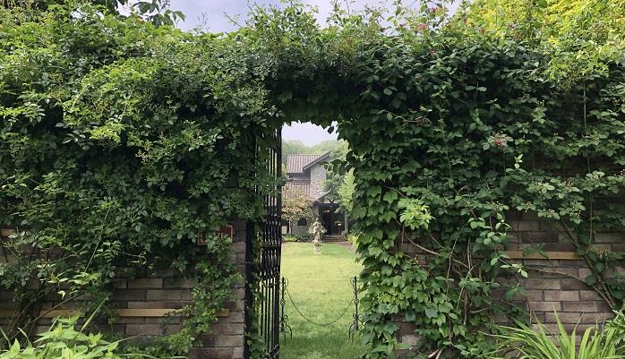 レンガ造りの壁にバラやキヅタがはい、まるで「秘密の花園」のようです。