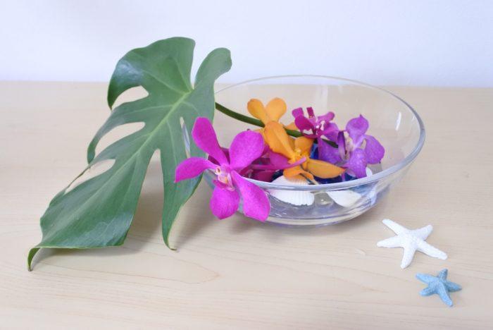 花瓶に生ける時に取り除いたものなどの茎部分がない花は、お皿に水を入れて浮かべても涼し気でいいですね。花弁は水についてしまうと傷みやすくなってしまうので、ビー玉や貝殻などを入れてできるだけつかないようにするのがおすすめです。