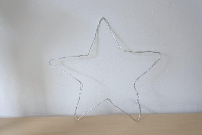 ワイヤーでお好みの形を作ります。今回は星形にしました。  形を作る時は少し大変ですが、柔らかく曲げやすいワイヤーではなく固めのワイヤーの方が植物を固定する時に歪みにくく作業がしやすいです。固さが足りない場合はワイヤーを2~3重にしてもいいですね。