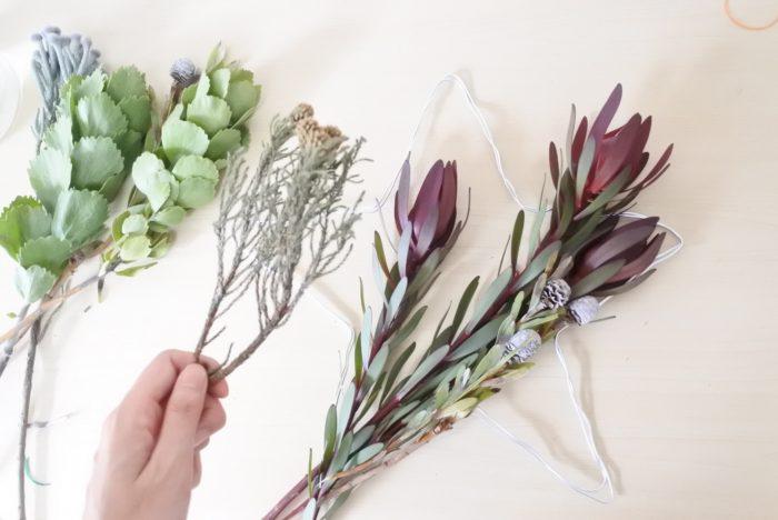 ワイヤーで作った枠に植物を並べ、イメージを固めていきます。小さいものは全体にワイヤーを巻き付けた後に差し込んだほうが作りやすいです。