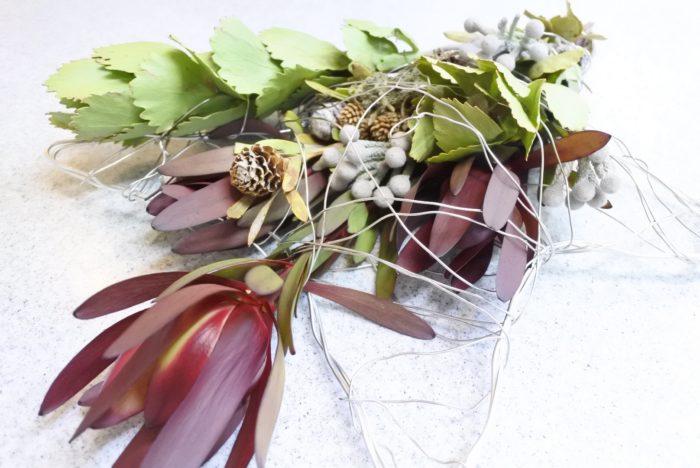 ネイティブフラワーとは、南アフリカやオーストラリアなど、南半球原産の植物のことです。過酷な環境で生きるため、他の植物にはない特徴を持つようになりました。その個性的で独特な雰囲気とインパクトの強さで近年人気が出てきており、お花屋さんや雑貨屋さんなどで見かけることも増えましたね。ワイルドフラワーの別名で流通している場合もあります。