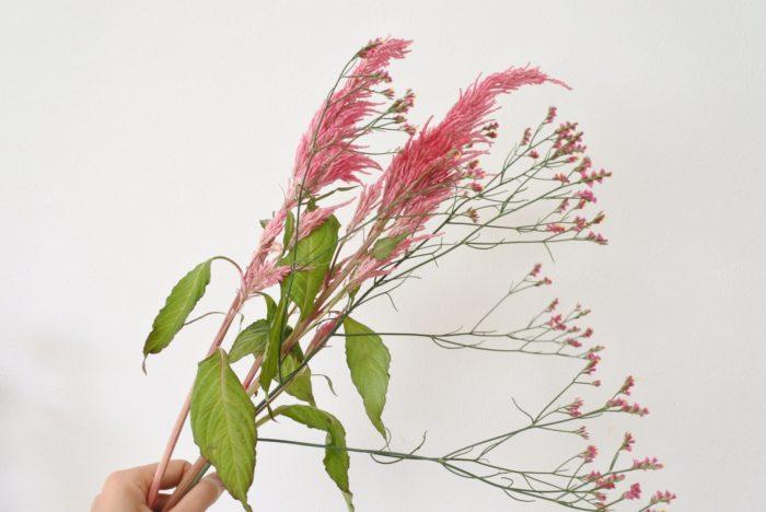 花を入れていく順番は作りやすい順で構いませんが、スワッグを作る場合は後ろの長い花から順に重ねていくと作りやすいことが多いです。
