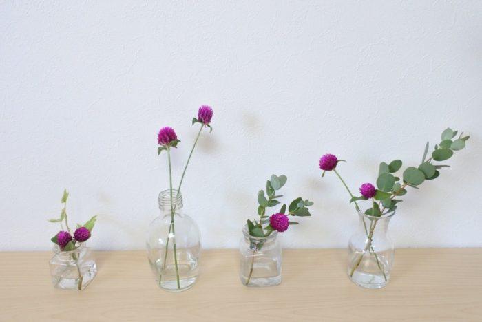 千日紅(センニチコウ)は1つ1つの花が小さいので、小瓶に分けて並べるのもおすすめです。