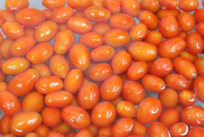 冷凍しておいたミニトマトを、水に浸けます。