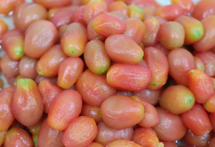 ミニトマトの皮をむくと、口あたりがよく、上品な味に仕上がります。