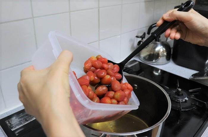 鍋に梅酒、水、砂糖を入れて火にかけてよく混ぜ、沸騰してきたら弱火にして皮をむいたミニトマトを入れて10分くらい煮ます。  ぐつぐつ煮立てると、ミニトマトの形がくずれてしまうので、弱火でじんわりと煮ます。  10分煮たら火を止めて、ゼラチンを振り入れてよく混ぜて溶かします。