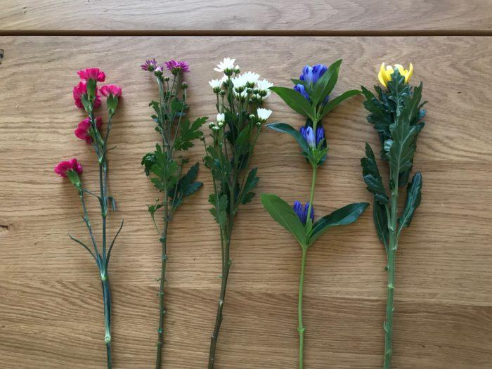 水に浸かる部分の葉や花を処理したら、花を組みます。