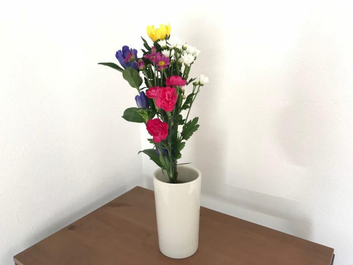 花瓶の真ん中に生けます。真ん中に立つように花瓶の中に落としと言われる水入れを入れると上手く立てる事が出来ます。