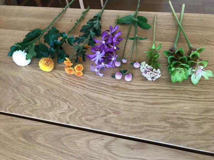 ■お盆のお花は基本的にはご先祖様が好きな花を飾る。 ■本数は3本、5本、7本と奇数のお花を飾ります。色は白、黄色、紫を中心に。 ■棘や毒のある花、黒い花、香りの強い花、花が頭ごと落ちる花は飾らない。 ■花はなるべく菱形になる様に組む。 ■お墓に飾った場合は何日後かに引き取りにいくのが理想的ですが、遠い場合はその日のうちに持ち帰ります。