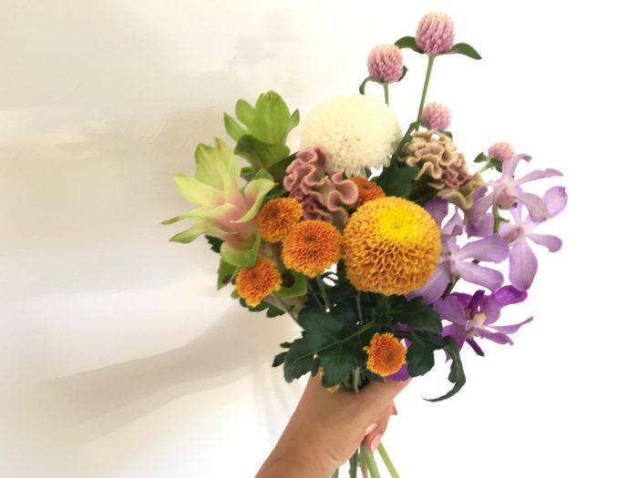 お盆は、夏にご先祖様が家族と一緒に過ごすために帰ってくる4日間とされています。地域によっての違いがありますが7月13日からの4日間と8月13日頃からの4日間とされ、ご先祖様を偲び感謝の気持ちを込めて、お花やお菓子、果物等を支度して温かい気持ちでお迎えし供養する古来から伝わる行事です。  今回はお盆に飾るお花の飾り方やマナー、少しいつもと違ったイメージで飾る為の花材選びのコツと飾り方をご紹介します。