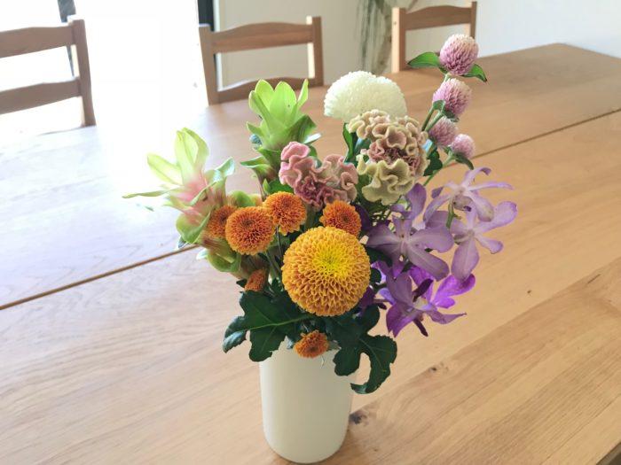 手で合わせ束ねた花は、花瓶にそのまま飾って完成です。