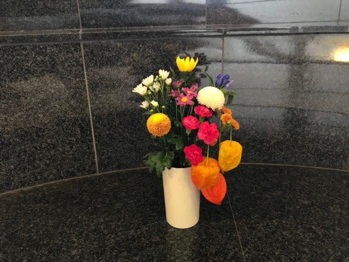 お盆にお供えするお花と一緒に花瓶に飾る。  この飾り方はお墓参りやお供え物を控える場所などで、お花と一緒に飾る事ができます。お盆の時期は8個~10個程に連なる一枝のホオズキ(鬼灯)等がお花屋さん等で出回っておりますので、一枝を幾つかに分けて、ホオズキ(鬼灯)の実が1.3.5個の奇数になる様に花と一緒に飾ります。  お花の飾り方は白、黄色、紫の3色を中心として3.5.7.本と奇数で飾り、3色以外の色は好みの色で問題はありません。仏花として飾らない方が良い花は、棘のある花、毒のある花、黒色の花、花首が落ちてしまう花、香りの強い花等は飾らないほうが良いでしょう。