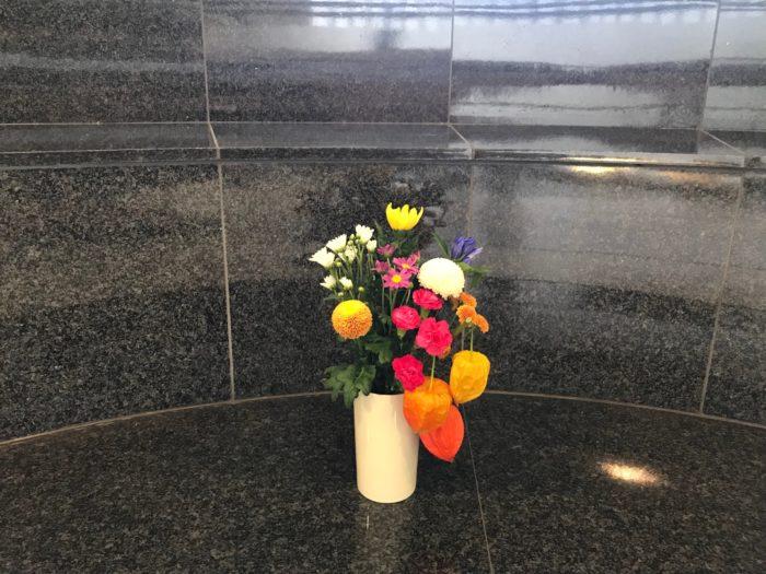 お盆にお供えする花は3本(3種)5本(5種)7本(7種)と日本では奇数が良いと言われています。  3本の場合は白、黄色、紫、5本の場合は、白、黄色、紫、赤、ピンクの5色を飾られることが多く一般的です。  花の色味は、華やかになっても構いません。ちょっとしたマナーはございますが、基本的には好きな色の花を飾られるのが良いと思います。  お墓参りやお仏壇には、1対(いっつい)と呼ばれる飾り方で、左右対称になる様に同じ花材の花束を2束飾ります。  お墓参りの場合は、数日後に片づけに行くのが一般的ですが、遠く離れた場所へお墓参りに行く場合はその日のうちに持ち帰り、自宅のお仏壇などに飾ります。  飾るのを避ける花 故人が生前に好みの花や宗教や宗派による違いを除いた場合は例外もありますが、棘のある花、毒のある花、黒い花、香りの強い花、花首ごと落ちてしまう花は避けた方が良いと言われています。ご家族や故人が心地よく手向ける事が何よりですので参考にしてみてください。  ■棘のある花・・・バラ、アザミ  ■毒のある花・・・彼岸花  ■黒い花・・・クロユリ等、見た目が黒い花は控えます。  ■香りの強い花・・・カサブランカ  ■花が頭から落ちる花・・・椿    ■初めて迎えるお盆の場合のお花の選び方 新盆(にいぼん)又は初盆(はつぼん)と呼ばれ、故人が49日を過ぎたあとに初めて家に帰ってくる日をお迎えするお盆です、白い花を飾り色を混ぜないのが一般的とされています。  故人が好んでいた、お菓子や果物と一緒にお花を飾ります。  新盆を迎える故人にお花をお贈りする場合、アレンジメント等をお送りすると手入れもしやすい為、お贈りしたご家族への負担も少なく飾りやすいので喜ばれます。