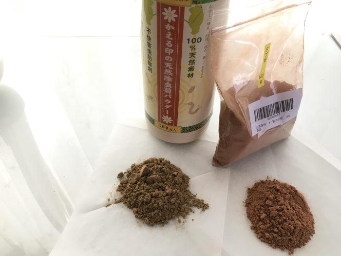 1.除虫菊パウダーとタブ粉を1:1の割合で用意します。  今回は乳鉢の大きさが9cmなので、除虫菊パウダー10g、タブ粉10gを用意しました(これ以上の量を入れて混ぜるとあふれてしまいます)。