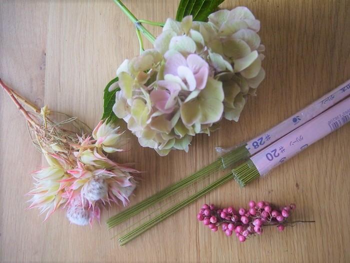 *お花*  ・セルリア 2本  ・アンティークカラーのアジサイ 1本  ・ペッパーベリー適宜  *資材*  ・ワイヤー #20 1/3本(ベース用)、#28 適宜(花材のワイヤリング用)  ・フローラルテープ適宜  ・お好きなリボン 手首にぐるっと回して蝶々結びが出来るくらいの長さ  ・グルーガン  リボンは数種類使っても素敵です。蝶々結びにした先を長く伸ばしたままにすると、より一層フェミニンな仕上がりになります。  さあ、セルリアのリストレットを作ってみましょう!