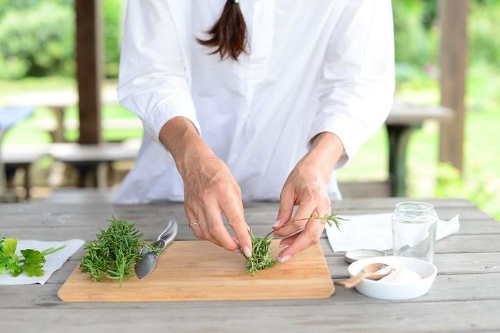 ローズマリーの茎から葉を取りはずします。  ※茎は、ハーブソルトには使いません。ちなみにローズマリーの茎をお肉にさして焼くと、ローズマリーの香りでお肉の臭みが消えるそうですよ。