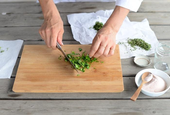 イタリアンパセリは茎の部分をカットして、葉をできるだけ細かく刻みます。