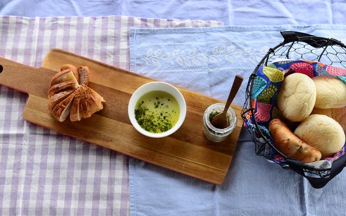 オリーブオイルにハーブソルトをなじませて、パンにつけていただきました♪  オシャレな味に感激!ハーブの香りで心も体も癒されました~。  季節にもよりますが、ハーブソルトは常温で約1週間、冷蔵庫に入れたら約1~2ヶ月もちます。杉井さんはいつも、小さな乾燥剤の袋を瓶に入れて湿気を防いでいるそうです。