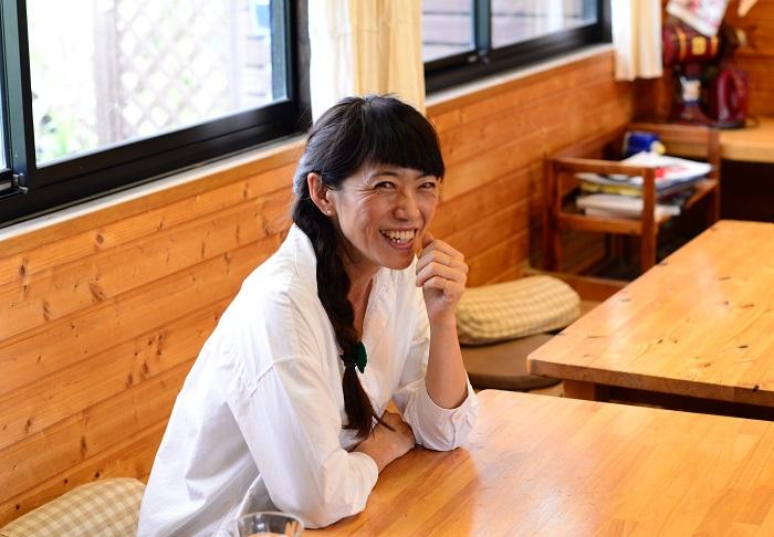 杉井志織さんありがとうございました!  笑顔が素敵な杉井さんは、テレビで拝見していたとおり飾らずにとても明るくて優しい方でした。  気さくで、周りを気遣い楽しませながら、一つ一つ丁寧にインタビューに答えてくださりました。  余談ですが、インタビュー当日、杉井さんがレモンバーベナの葉入りのお手製のジュースをふるまってくださりました!爽やかでとても美味しかったです。  ~暮らしは楽しい方が良い~  心に響きました。  「植物と暮らしを豊かに。」をコンセプトにしているLOVEGREENとも、勝手ながらとても近いものを感じてしまいました。  杉井志織さんにガーデニングを教わったら、その飾らない明るい口調と楽しい雰囲気のマジックで、ガーデニング好きな人はさらに植物と暮らす楽しさが増し、植物にあまり興味が無かった人にも自然と植物の良さが伝わってしまう。そんな気がしてしまいます。  それが、まさに杉井志織さんの魅力だと思いました。これからのご活躍もとても楽しみですね♪