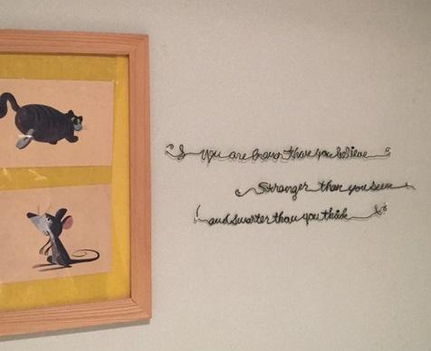 Photo by:杉井志織  ワイヤーで文字アートを作り、絵の横に飾って。文字アートがあることで絵のかわいらしさがさらに増しますね。