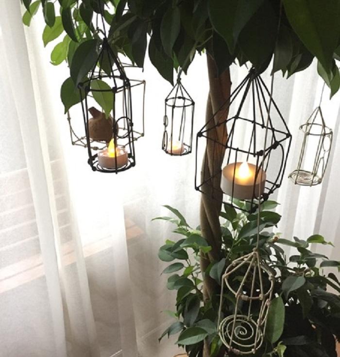 Photo by:杉井志織  白や黒のワイヤーで作った様々な形のキャンドルホルダー。ベンジャミンの木に飾るところがまたオシャレですね。
