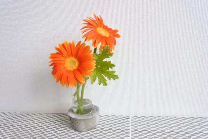黄色やオレンジのガーベラは、明るいグリーンの葉と組み合わせると花が引き立ちますよ。