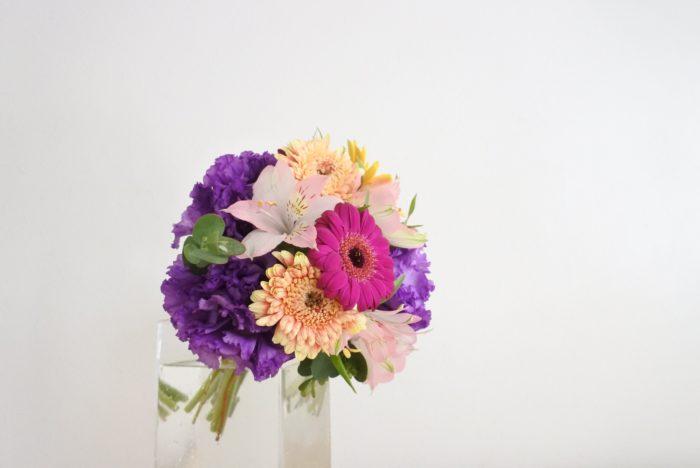ブーケのような短い花束は、ラッピングを外し、輪ゴムを取らずに花瓶の縁に引っ掛けるように生けるとブーケのままのイメージを保てますよ。