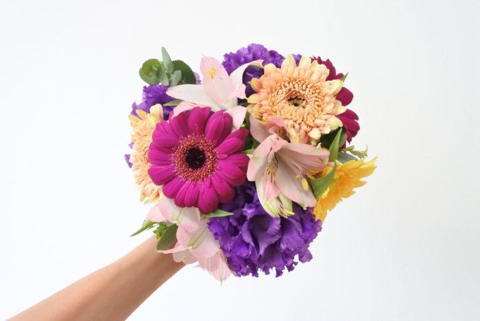紫、黄色、複色のガーベラ(計5本)に、青紫のトルコキキョウ、ピンクのアルストロメリア、ユーカリの葉を組み合わせました。全体的にビビッドカラーの花を合わせて、メリハリのある華やかなイメージにしました。