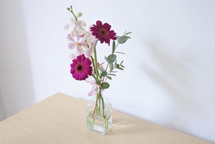 口が狭い花瓶に生ければ輪ゴムを外してもバラバラにならずにすみますね。