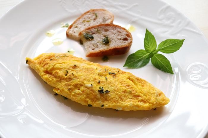 卵にハーブソルトを混ぜて焼いたり、仕上げの彩りにも。
