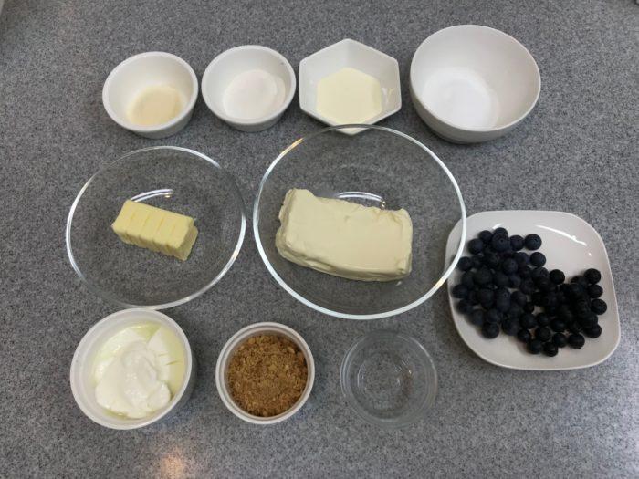 ブルーベリーゼリーのレアチーズケーキ ■クリームチーズ 200g  ■生クリーム 150cc  ■ヨーグルト 150g  ■グラニュー糖 60g~80g(お好みで)  ■ゼラチン  7g  ■水 大さじ3  ■クッキー(市販のものでok) 100g  ■無塩バター 5og    ブルーベリーゼリー部分 ■ブルーベリー 2種 適量  ■アガー 10g  ■グラニュー糖 50g  ■水 500cc  ■コアントロー 適量  ■レモン汁 大さじ3  ■ミントの葉 少々