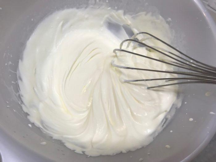 3.生クリームを六分立てにしておきます。六分立ては泡だてた時に泡立て器を持ち上げた時に帯状に持ち上がりすぐに形が消えるくらいの泡立て具合です。