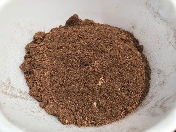 ピートモスを適量準備します。ピートモスは保水力があり、通気性も良く、根に酸素を供給します。挿し木をする場合、土を乾かさない様に保必要があるため、保水力があるピートモスが適しています。
