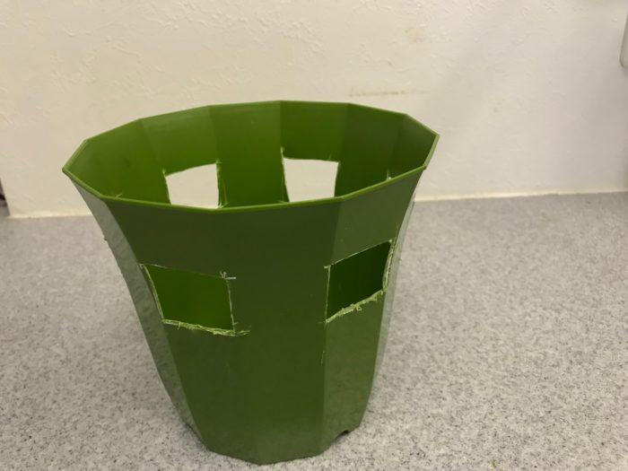 四方に窓を作り終わったら鉢の完成です。