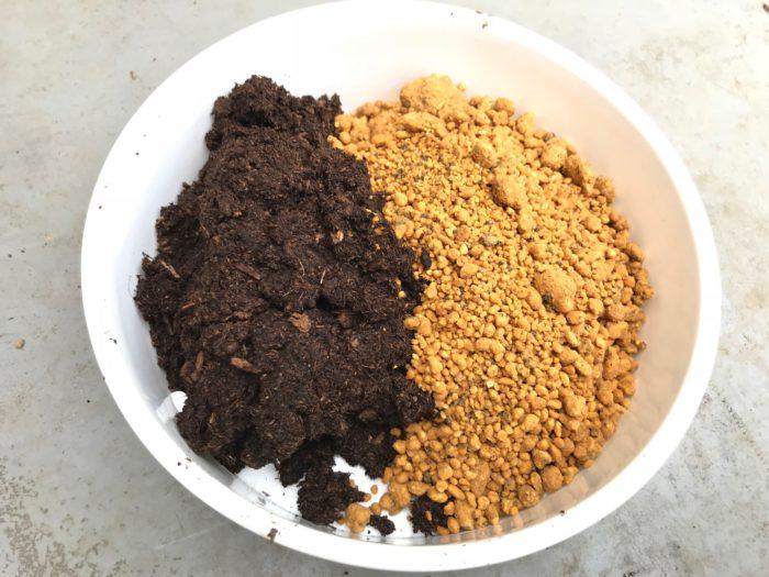 鹿沼土をピートモスと同じくらい準備します。厳密でなくても大丈夫です。水を含ませたピートモスに1:1の割合で混ぜ合わせます。鹿沼土も保水力があり水はけが良い為、挿し木に適しています。