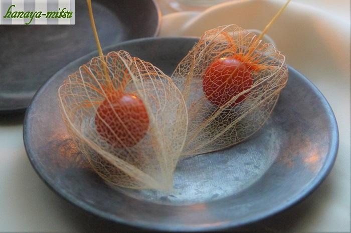 透かしほおずきは、周りの葉脈から中のオレンジ色の果実が見えている、可愛らしいドライフラワーです。鬼灯(ほおずき)が一般的に出回るのはお盆の頃ですから、真夏の暑い盛りに目から涼をとることが出来る、素敵なインテリアのアクセサリーになります。