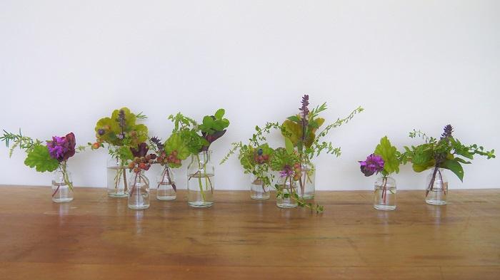 最後に軽さが出るようなツルのようなものや、軽やかなお花を入れて出来上がりです。