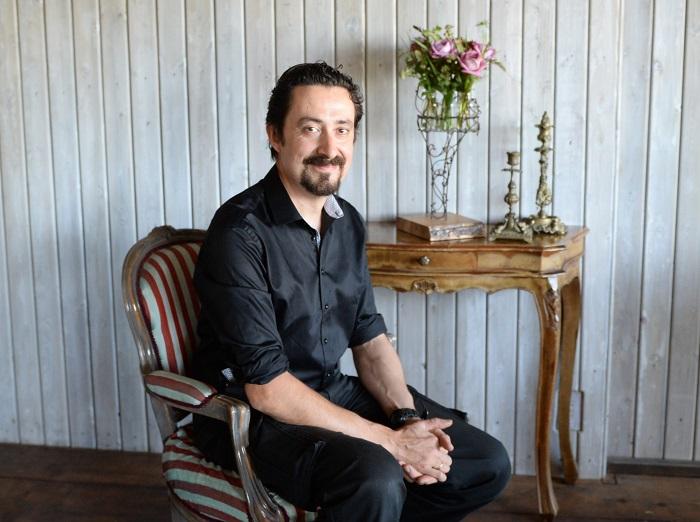 ローラン・ボーニッシュ Laurent.Borniche  フローリスト  Laurent.B Bouquetier代表  フランス・パリ郊外の高級住宅地ヌイイ市に代々続くフローリストの4代目として誕生。フランスでフローリストとしての経験を積み、1998年に来日。フランスの花文化のエスプリを伝え続けている。  豊富な知識と熟練された技術によって紡ぎだされる作品の洗練されたデザイン、色彩感覚、感性は、日本の花業界に大きな影響を与えている。  2014年、東京田園調布にデザインアトリエ「Laurent.B Bouquetier(ローラン・ベー・ブーケティエ)」を設立。フラワースクール、デザインアトリエをオープン。