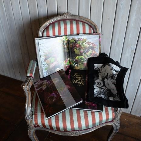そんなローラン・ボーニッシュさんは、今年新しい本を出版されました。  ローランさんの美しい作品の数々を、四季を通して撮りためた、豪華な写真集です。どのページを開いてもため息が出るような美しさです。  雑誌に掲載された写真もありますが、屋外での写真は全て撮りおろしだそうです。各所にちりばめられたローランさんの美意識を、ぜひその手にとって堪能してください。  こちらの本は、ローランさんのアトリエから直接購入すると特典として、特別使用の表紙と特製布バッグがついてきます。  Jeux de fleurs(ジュー・ドゥ・フルール)  著者 Laurent.Borniche ローラン・ボーニッシュ  発行所 株式会社誠文堂新光社