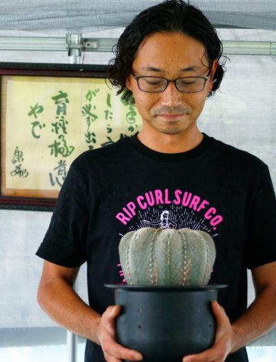 CORONCACTUS 芳山 比斗志さん サボテンの育種家。三重県四日市市でサボテン専門園 「CORONCACTUS(コロンカクタス)」を経営。新しいサボテンの作出に力を入れている。