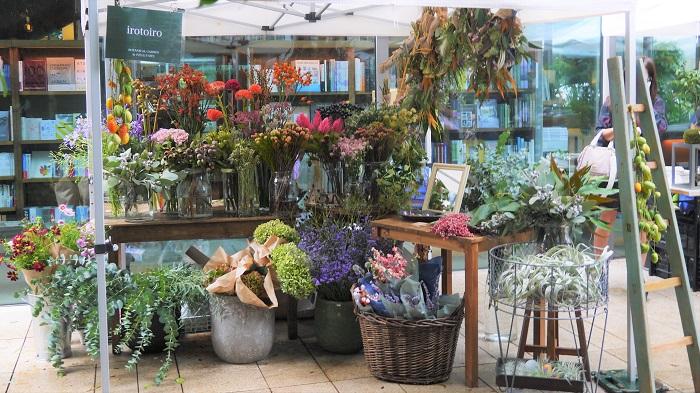 http://irotoiro.jp/  駒沢通り沿いにある色彩豊かなお花屋さんです。今回のイベントブースも、お店をそのままコンパクトにして再現したような雰囲気。  テーブルの上から足元までガラスの花瓶に入った生花がずらりと並び、サイドテーブルにはドライフラワーで出来た小物たち、上からはドライフラワーのスワッグがたくさんぶら下がり、その中にさり気なくフレッシュのカラスウリの実が下げてあるところも、irotoiroさんならではの遊び心がいっぱいです。  イベントブースとは思えない品揃えの多さ。まるで色彩に溺れるようで、見ているだけでワクワクするショップでした。  取材中も「可愛いー!」という声がたくさん聞こえ、写真を撮っていく方が何人もいました。この日担当をしていたスタッフの石井さんも「お客様が、可愛いと言ってくれるような空間を作りたかった」と言っていたように、可愛い空間でした。  実店舗も、遊び心いっぱいのテンションが上がるような可愛いショップです。贈り物のお花やブライダルのお花、ちょっと他とは差を付けたいというときにおすすめのお花屋さんです。