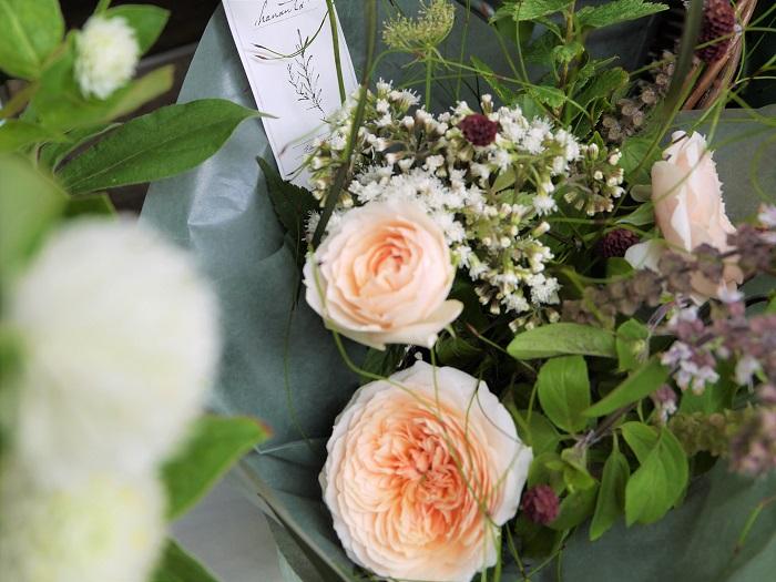 心がほっとするような優しい印象のお花が揃っているのも、そのはず。ハナウタの水野さんは、「花は癒し」をテーマにワークショップやセッションを行っているそうです。店舗は無く、アトリエで活動されているので、ワークショップやセッションに興味のある方は、直接お問い合わせください。