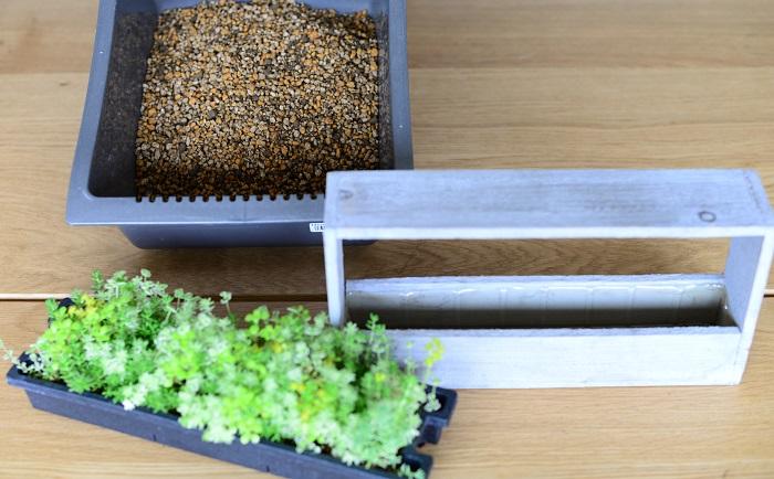 ・木製フレーム(内側にプラスチックケース付き。ケース無しの場合は、不織布で代用できます。) ・市販の培養土(「野菜、花用の土」または、「多肉植物、サボテン用の土」など) ・セダムの苗