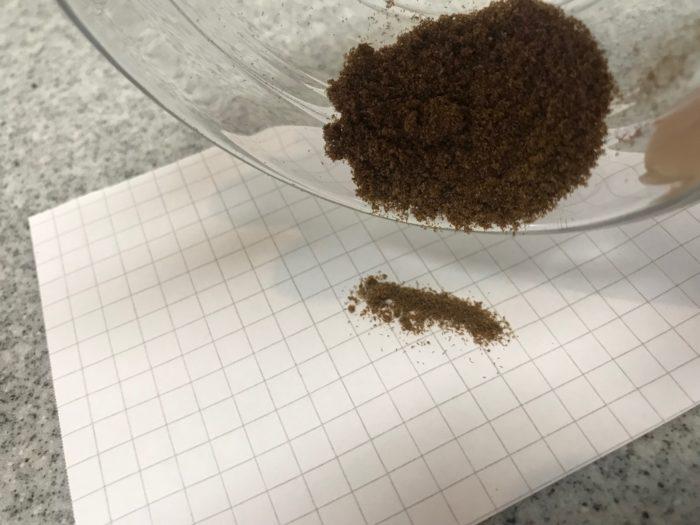収穫したら、一週間ほど乾燥させて胞子のうという小さな種を出します。この茶色く見える所は胞子の周りを包んでいる皮です。乾燥させる事によって付着している小さな種が剥がれ落ちます。
