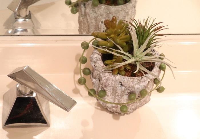 洗面所に置いてみました。フェイクグリーンは土を使わず、虫の発生も無く、日が当たらなくても大丈夫なので安心して飾れますね。