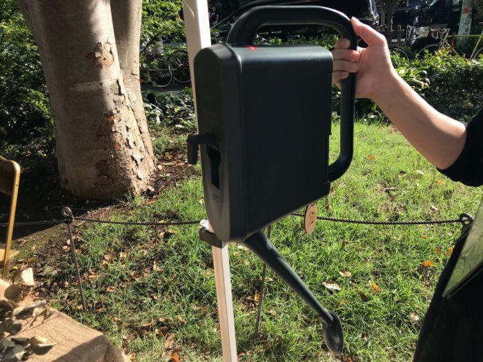 ガーデンジョーロは4ℓと6ℓのサイズがあり、水を入れる口に蓋が着いています。外へ置いてあっても、木の葉や砂や土が入らず、お手入れも簡単。また、ジョーロの底にはこの写真の通りフックが着いていて、水を切り壁にかけて保管する事が出来る優れものです。